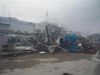 """<p>Аварийная японская АЭС """"Фукусима-1"""", 14 апреля 2011 года. Японии могут понадобиться альтернативные варианты для того, чтобы взять под контроль ситуацию на АЭС """"Фукусима-1"""", авария на которой произошла больше месяца назад, сообщил заместитель главы Агентства по ядерной и промышленной безопасности Японии Хидехико Нисияма. REUTERS/Tokyo Electric Power Co. (TEPCO)/Handout</p>"""