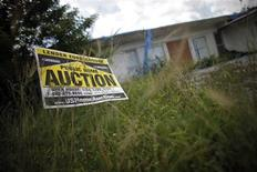 <p>An auction sign for a property is seen at the front garden of a foreclosed house in Miami Gardens, Florida in this September 15, 2009 file photo. REUTERS/Carlos Barria/Files</p>