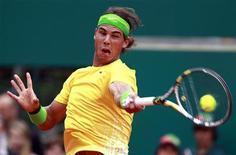 <p>Rafel Nadal rebate jogada de Richard Gasquet no Masters de Monte Carlo. Nadal e Roger Federer avançaram às quartas de final do torneio. 14/04/2011 REUTERS/Eric Gaillard</p>