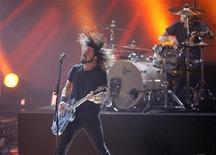<p>Dave Grohl of the Foo Fighters performing in Los Angeles, December 3, 2008. REUTERS/Mario Anzuoni</p>