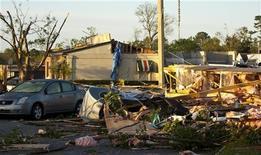 <p>Здания, разрушенные в результате торнадо в Роли (США), 17 апреля 2011 года. По меньшей мере 43 человека погибли по вине бушевавших три дня в США штормового ветра и торнадо, разрушивших также сотни строений и повредивших линии электропередачи, сообщили власти. REUTERS/Chris Keane</p>