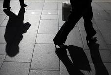 <p>Office workers walk during morning peak hour in central Sydney October28, 2009. REUTERS/Daniel Munoz</p>