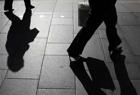 Office workers walk during morning peak hour in central Sydney October28, 2009. REUTERS/Daniel Munoz