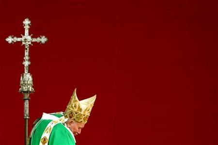 John Paul II arrives at the altar to celebrate a mass in Krakow's Blonie meadow August 18, 2002. REUTERS/Vincenzo Pinto
