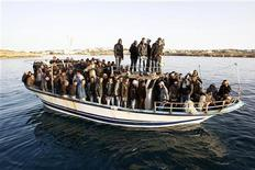<p>Migrants from North Africa arrive in the southern Italian island of Lampedusa March 7, 2011. REUTERS/Antonio Parrinello</p>