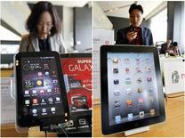 """<p>Apple a lancé une poursuite en justice contre son concurrent Samsung, qu'il accuse d'avoir """"servilement"""" copié l'iPhone et l'iPad (à droite) dans sa gamme de téléphones et de tablettes Galaxy (à gauche). /Photo prise le 19 avril 2011/REUTERS/Jo Yong-Hak</p>"""