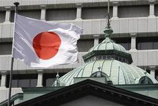 <p>Национальный флаг Японии в Токио, 6 сентября 2010 года. Правительство Японии подумывает повысить налог с продаж на 3 процента до 8 процентов на три года, начиная со следующего финансового года, чтобы инвестировать в восстановительные работы после разрушительного землетрясения, сообщила во вторник газета Yomiuri. REUTERS/Toru Hanai</p>