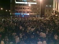 <p>Демонстранты на Часовой площади в городе Хомс (Сирия), 18 апреля 2011 года. Сирийские силы безопасности открыли стрельбу по сотням участников ночного марша протеста в городе Хомс, произошедшего даже несмотря на угрозы властей, сообщил один из местных правозащитников во вторник. REUTERS/Handout</p>