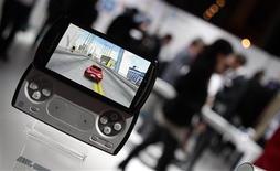 <p>Le Xperia Play de Sony Ericsson présenté au salon du mobile de Barcelone, en février. Malgré les perturbations de son activité liées au séisme au Japon, la coentreprise est restée bénéficiaire au premier trimestre grâce à la forte demande en smartphones. /Photo prise le 14 février 2011/REUTERS/Albert Gea</p>