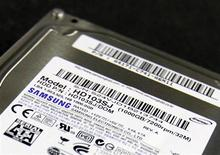 <p>Samsung Electronics va céder ses activités de disques durs à Seagate Technology, numéro un mondial du secteur, pour 1,4 milliard de dollars. /Photo prise le 18 avril 2011/REUTERS/Truth Leem</p>