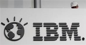 <p>Foto de archivo del logo de IBM en su puesto al interior de la feria tecnológica CeBIT en Hanover, Alemania, feb 26 2011. IBM dijo el martes que ganó 2,31 dólares por acción en el primer trimestre del año, con ventas por 24.600 millones de dólares. Los analistas esperaban, en promedio, una utilidad de 2,3 dólares por acción y ventas por 24.020 millones de dólares, según Thomson Reuters I/B/E/S. REUTERS/Tobias Schwarz</p>