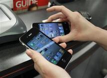 <p>Покупательница держит два iPhone в магазине в Бока-Ратон, штат Флорида, 10 февраля 2011 года. Поставщики Apple Inc начнут производство нового поколения смартфонов iPhone в июле этого года, и поставки готовой продукции, вероятно, начнутся в сентябре, сообщили в среду Рейтер три источника. REUTERS/Joe Skipper</p>
