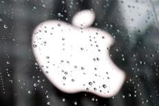 <p>Foto de archivo del logo de la firma Apple a las afueras de su tienda insigne de Nueva York, ene 18 2011. Apple reportó el miércoles ventas trimestrales que superaron ampliamente los pronósticos del mercado, gracias a una sólida demanda de su popular iPhone. REUTERS/Mike Segar</p>