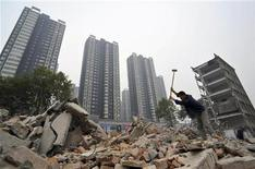 <p>A labourer uses a sledgehammer to smash concrete at a demolition site making way for a residential area in Xiangfan, Hubei province October 21, 2010. REUTERS</p>