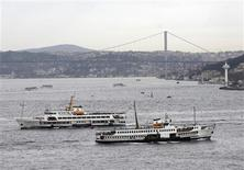<p>Ferries transport people between European and Asian sides of the city in Istanbul, November 26, 2010. REUTERS/Osman Orsal</p>