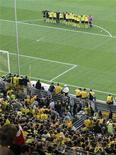 """<p>Фанаты """"Боруссии"""" приветствуют свою команду в Дортмунде 17 апреля 2011 года. Дортмундская """"Боруссия"""" может досрочно оформить чемпионство в первенстве Германии в субботу в матче с одноименной командой из Мёнхенгладбаха. REUTERS/Stringer</p>"""