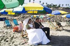 <p>Жених и невеста ожидают церемонии бракосочетания на пляже в Лиме 12 февраля 2010 года. Традиция обязывает принца Уильяма и Кейт Миддлтон провести свадьбу (самую громкую с начала века) в Лондоне, но у простых влюбленных выбор куда шире. REUTERS/Enrique Castro-Mendivil</p>