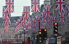 <p>Las banderas colgadas en la calle Regent de Londres anuncian las celebraciones que se verán en todo el país por la boda de Guillermo y Kate. REUTERS/Toby Melville</p>