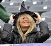 <p>Женщина надевает шляпу ведьмы на стадионе в Нью-Джерси 31 октября 2010 года. Российское министерство обороны планирует приобрести 270 карнавальных костюмов более чем за миллион рублей. В числе заказанных нарядов - костюмы ведьмочки, снежинки, жар-птицы и куклы-мальвины. REUTERS/Ray Stubblebine</p>