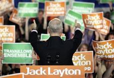 <p>New Democratic Party (NDP) leader Jack Layton gives thumbs up to the crowd at a campaign rally in Gatineau, Quebec, April 25, 2011. REUTERS/Patrick Doyle</p>