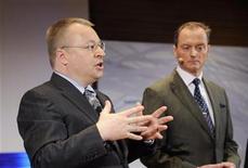 <p>El director ejecutivo de Nokia Stephen Elop en una conferencia junto al vicepresidente ejecutivo de la unidad de mercados Niklas Savander en la sede de la compañía em Keilaniemi, Espoo REUTERS/Martti Kainulainen/Lehtikuva</p>