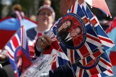 <p>Bandeiras com a imagem do príncipe William e Kate Middleton, em Londres. Os últimos ensaios para o casamento real começaram antes do amanhecer no centro de Londres nesta quarta-feira. 27/04/2011 REUTERS/Nir Elias</p>