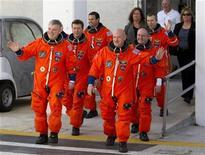<p>Foto de archivo de la tripulación del transborador Endeavour durante una prueba en el centro espacial Kennedy en Cabo Cañaveral, EEUU, abr 1 2011. El interés de científicos y celebridades creó expectativas por el lanzamiento final del transbordador espacial estadounidense Endeavour el viernes, que colocará al comandante y a su esposa congresista, convaleciente de un tiroteo, en el centro de la atención. REUTERS/Scott Audette</p>