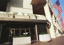<p>Foto de archivo de la entrada al edificio del FBI en Washington, jul 23 1999. Agentes del FBI han tenido problemas a la hora de investigar ataques cibernéticos contra la seguridad nacional por falta de conocimientos técnicos o porque son transferidos a otros casos, según un informe del Gobierno divulgado el miércoles. REUTERS/Jamal Wilson</p>