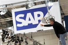 <p>Le concepteur de logiciels SAP affiche une croissance à deux chiffres des ventes et du bénéfice d'exploitation au premier trimestre, mais ces résultats restent très inférieurs aux attentes qui étaient élevés compte tenu des bons chiffres dévoilés par d'autres géants du secteur comme Oracle ou IBM. /Photo d'archives/REUTERS/Thomas Peter</p>
