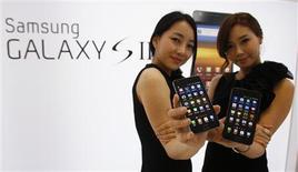 <p>Samsung a dévoilé jeudi le Galaxy S II, nouvelle version de son smartphone vedette dont il espère vendre 10 millions d'exemplaires cette année dans le monde. Sa sortie est prévue courant mai dans 120 pays. /Photo prise le 28 avril 2011/REUTERS/Truth Leem</p>