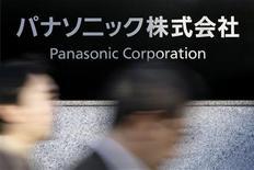 <p>Le géant japonais de l'électronique Panasonic prévoit de supprimer 17.000 supplémentaires d'ici mars 2013, soit 5% de ses effectifs, afin de réduire ses coûts et de rester concurrentiel face à ses rivaux asiatiques. Panasonic a déjà supprimé 18.000 emplois sur l'exercice écoulé, qui a vu son résultat d'exploitation chuter de 32% au quatrième trimestre (janvier-mars). /Photo d'archives/REUTERS/Stringer</p>