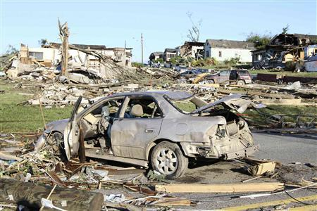 The aftermath of overnight tornadoes show destroyed homes and vehicles in Pratt City, a suburb of Birmingham, Alabama, April 28, 2011. REUTERS/Marvin Gentry