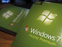<p>Microsoft a fait état d'une baisse de ses ventes du système d'exploitation Windows, reflet du recul du marché des PC, ce qui a fait reculer son cours dans les transactions hors marché. Le numéro un mondial des logiciels affiche toutefois un résultat conforme aux attentes de Wall Street. /Photo d'archives/REUTERS/Rick Wilking</p>