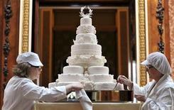 <p>Equipe de Fiona Cairns dá os toques finais ao bolo de oito andares do casamento do príncipe William com Catherine, duquesa de Cambridge, no Buckingham Palace, Londres. 29/04/2011 REUTERS/John Stillwell/Pool</p>