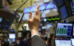 <p>A trader raises his hand to bid on stock prices as he works on the main trading floor of the New York Stock Exchange early in the trading session, December 8, 2008. REUTERS/Mike Segar</p>