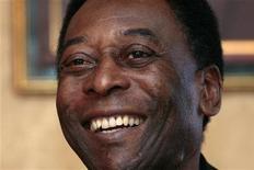 <p>Pelé sorri em coletiva de imprensa na China, em março de 2011. O jogador foi convidado pelo governo federal para ser conselheiro do comitê organizador e embaixador da Copa de 2014. 07/03/2011 REUTERS/Tyrone Siu</p>