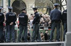 <p>Чешская полиция в Праге 5 апреля 2009 года. Полиция Чехии выдвинула во вторник обвинения в пособничестве терроризму и незаконном владении оружием шестерым выходцам с Северного Кавказа. REUTERS/David W Cerny</p>