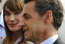 <p>O presidente francês, Nicolas Sarkozy, e sua esposa Carla Bruni-Sarkozy chegam ao aeroporto Pointe-à-Pitre, na ilha de Guadeloupe. 08/01/2011 REUTERS/Eric Feferberg</p>