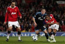 <p>Anderson (direita), do Manchester United, chuta antes de marcar seu primeiro gol durante partida da Liga dos Campeões contra o Schalke 04. 04/05/2011 REUTERS/Phil Noble</p>