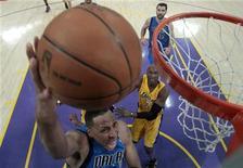 """<p>Форвард """"Далласа"""" Шон Мэрион кладет мяч в корзину """"Лос-Анджелес Лейкерс"""" в Лос-Анджелесе 4 мая 2011 года. """"Даллас"""" вновь обыграл на выезде действующего чемпиона НБА """"Лос-Анджелес Лейкерс"""" и повел в серии до четырех побед со счетом 2-0. REUTERS/Lucy Nicholson</p>"""