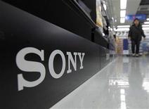 <p>Foto de archivo del logo de Sony en una tienda de artículos electrónicos de Tokio, feb 3 2011. El grupo de internet Anonymous negó cualquier responsabilidad en el ataque informático contra la red de Sony que vulneró los datos personales de más de 100 millones de usuarios de videojuegos. REUTERS/Kim Kyung-Hoon</p>