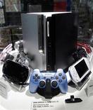 <p>SConsolas de PlayStation se exhiben en una tienda electrónica de Tokio REUTERS/Kim Kyung-Hoon</p>