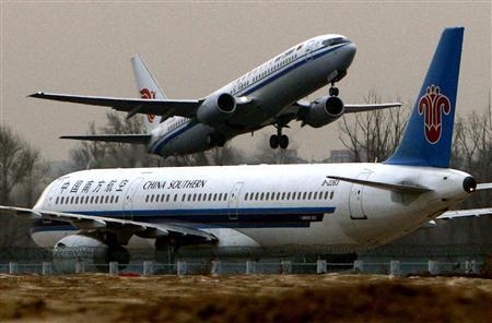 An Air China Boeing 737 passenger jet takes off as a China Southern Airbus A321-231 taxis at the Beijing airport in this January 11, 2008 file photo. China's aviation industry body has told the European Union it opposes the inclusion of Chinese airlines in the bloc's carbon emissions market from 2012, an EU source said on Tuesday. REUTERS/David Gray/Files