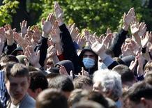 """<p>Украинские националисты во время беспорядков во Львове 9 мая 2011 года. Российский МИД во вторник потребовал от Украины наказания для """"экстремистов"""" и националистов, чьи выступления во Львове в день победы над фашизмом подогрели политические страсти в обеих странах в канун предвыборных кампаний. REUTERS/Gleb Garanich</p>"""