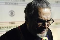 <p>Pianist Leon Fleisher talks with reporters as he arrives for the Kennedy Center Honors show in Washington, December 2, 2007. REUTERS/Jonathan Ernst</p>