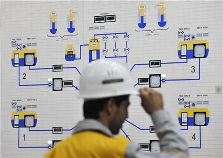 An Iranian operator monitors the nuclear power plant unit in Bushehr, November 30, 2009. REUTERS/ISNA/Mehdi Ghasemi