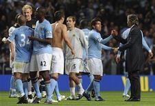 <p>Carlos Tévez, do Manchester City, comemora vitória com técnico Roberto Mancini (direita) após partida do Campeonato Inglês contra o Tottenham Hotspur. 10/05/2011 REUTERS/Nigel Roddis</p>