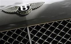 """<p>Логотип Bentley на автомобиле в демонстрационном зале в Натсфорде, Англия, 5 сентября 2010 года. Главный тренер """"Вольфсбурга"""" Феликс Магат пообещал отдать на благотворительность кабриолет Bentley, обещанный ему в случае, если команда избежит вылета из элитного немецкого дивизиона. REUTERS/Phil Noble</p>"""