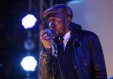 "<p>Hip hop artist Mos Def performs during the ""Discover Music!"" event at Capitol Studios in Hollywood, California October 28, 2009. REUTERS/Mario Anzuoni</p>"