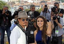 """<p>La última entrega de la franquicia de películas """"Piratas del Caribe"""" echó anclas en el Festival de Cine de Cannes el sábado, llevando consigo un elenco de grandes estrellas. En la foto Johnny Depp y Penélope Cruz durante la presentación de la película en Cannes, el 14 de mayo del 2011. REUTERS/Jean-Paul Pelissier</p>"""